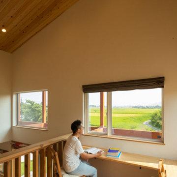 スキップフロア上階は吹抜けの上から眺める田園風景と木々は圧巻。勉強やテレワークに最適な空間に
