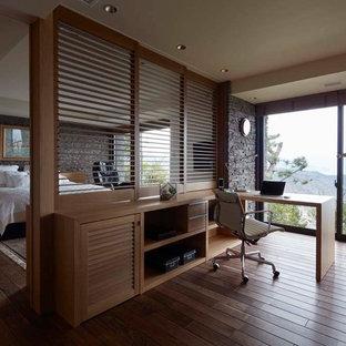 東京都下のアジアンスタイルのおしゃれな書斎 (グレーの壁、濃色無垢フローリング、造り付け机、茶色い床) の写真