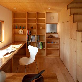 Idée de décoration pour un bureau asiatique avec un mur marron, un sol en bois brun, un bureau intégré, un sol marron et du lambris.