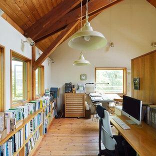 他の地域の中くらいのカントリー風おしゃれなアトリエ・スタジオ (白い壁、無垢フローリング、暖炉なし、造り付け机、ベージュの床) の写真