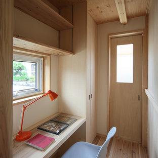 他の地域のおしゃれなホームオフィス・仕事部屋 (ベージュの壁、淡色無垢フローリング、造り付け机、ベージュの床) の写真