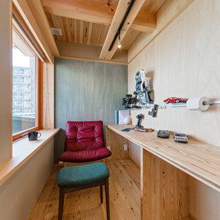 横浜の小さいアジアンスタイルのおしゃれなホームオフィス・書斎 (茶色い壁、無垢フローリング、造り付け机、茶色い床) の写真