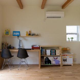 名古屋のモダンスタイルのおしゃれなホームオフィス・書斎 (白い壁、淡色無垢フローリング、自立型机、ベージュの床) の写真