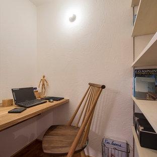 他の地域の小さいアジアンスタイルのおしゃれなホームオフィス・書斎 (白い壁、無垢フローリング、造り付け机、茶色い床) の写真