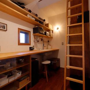 他の地域のラスティックスタイルのおしゃれなホームオフィス・書斎 (白い壁、濃色無垢フローリング、造り付け机、茶色い床) の写真