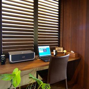 他の地域のミッドセンチュリースタイルのおしゃれなホームオフィス・書斎 (茶色い壁、濃色無垢フローリング、造り付け机、茶色い床) の写真
