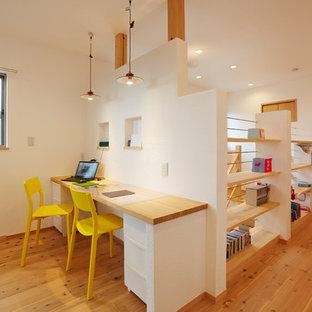 大阪のモダンスタイルのおしゃれなホームオフィス・仕事部屋 (白い壁、無垢フローリング、造り付け机、茶色い床) の写真
