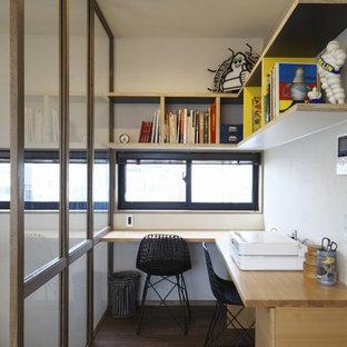 東京23区のコンテンポラリースタイルのおしゃれなホームオフィス・書斎 (白い壁、濃色無垢フローリング、造り付け机、茶色い床) の写真