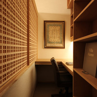 Foto på ett orientaliskt arbetsrum, med vita väggar och ett inbyggt skrivbord
