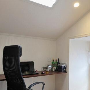 Cette photo montre un bureau méditerranéen avec un mur blanc, un sol en contreplaqué, un bureau intégré, un sol beige, un plafond en papier peint et du papier peint.