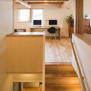 東京都下の和風のおしゃれなホームオフィス・仕事部屋 (白い壁、淡色無垢フローリング、造り付け机、茶色い床) の写真