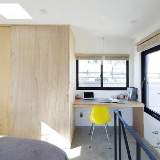 東京23区のモダンスタイルのおしゃれな書斎 (白い壁、コンクリートの床、造り付け机、グレーの床) の写真