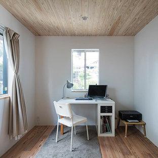 名古屋の大きい和風のおしゃれな書斎 (白い壁、無垢フローリング、自立型机、ベージュの床) の写真