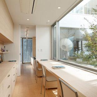 Imagen de despacho moderno, sin chimenea, con paredes blancas y suelo de madera clara