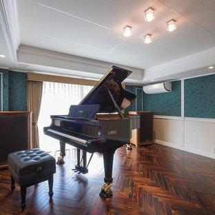 ヴィクトリアン調のおしゃれなアトリエ・スタジオ (緑の壁、濃色無垢フローリング、暖炉なし、茶色い床) の写真