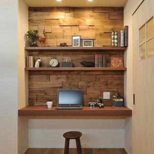 他の地域のカントリー風おしゃれなホームオフィス・書斎 (白い壁、無垢フローリング、造り付け机、茶色い床) の写真