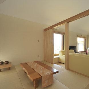 横浜の小さい和風のおしゃれな書斎 (白い壁、畳、ベージュの床) の写真