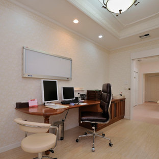 Exempel på ett klassiskt arbetsrum, med beige väggar, vinylgolv, ett inbyggt skrivbord och beiget golv