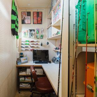 他の地域の小さい北欧スタイルのおしゃれなホームオフィス・書斎 (ベージュの壁、造り付け机、茶色い床) の写真