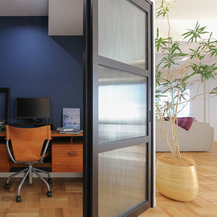 名古屋の小さいモダンスタイルのおしゃれなホームオフィス・仕事部屋 (青い壁、無垢フローリング、造り付け机、ベージュの床) の写真