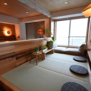 Inspiration för ett nordiskt arbetsrum, med vita väggar, tatamigolv och ett inbyggt skrivbord