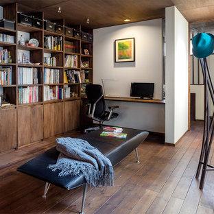 大阪のコンテンポラリースタイルのおしゃれなホームオフィス・書斎 (ライブラリー、白い壁、濃色無垢フローリング、造り付け机) の写真