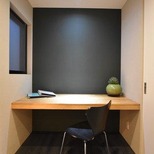 Esempio di uno studio moderno con pareti blu, pavimento in compensato, nessun camino, scrivania incassata e pavimento blu