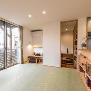 他の地域のアジアンスタイルのおしゃれなホームオフィス・書斎 (白い壁、畳、造り付け机、緑の床) の写真