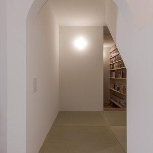 На фото: маленький кабинет в скандинавском стиле с библиотекой, белыми стенами, татами и зеленым полом с