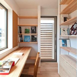 他の地域のコンテンポラリースタイルのおしゃれなホームオフィス・仕事部屋 (白い壁、淡色無垢フローリング、造り付け机、ベージュの床) の写真