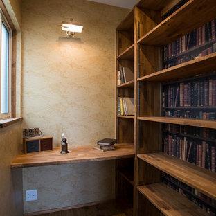 Свежая идея для дизайна: кабинет в скандинавском стиле с коричневыми стенами, паркетным полом среднего тона, встроенным рабочим столом и коричневым полом - отличное фото интерьера