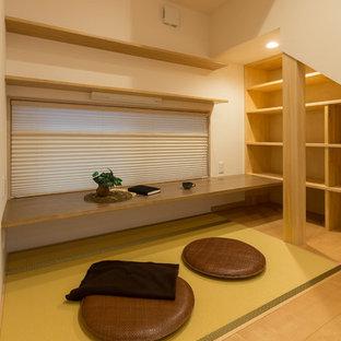 Cette image montre un bureau asiatique avec un mur blanc, un sol de tatami, un bureau intégré et un sol vert.