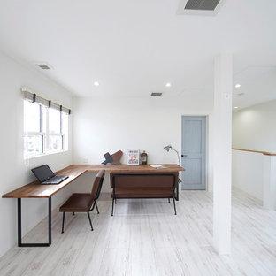 他の地域のミッドセンチュリースタイルのおしゃれなホームオフィス・仕事部屋 (白い壁、塗装フローリング、自立型机、白い床) の写真
