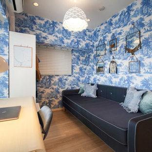 東京23区のコンテンポラリースタイルのおしゃれな書斎 (青い壁、淡色無垢フローリング、ベージュの床) の写真