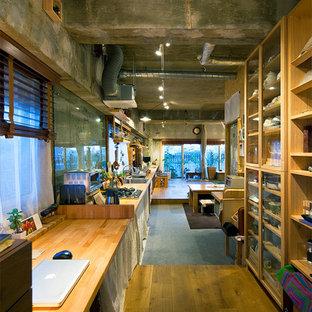 Idee per un ufficio industriale di medie dimensioni con pareti grigie, pavimento in legno massello medio, nessun camino e scrivania incassata