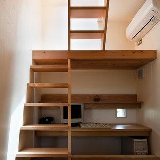 東京23区のアジアンスタイルのおしゃれな書斎 (白い壁、造り付け机、カーペット敷き、茶色い床) の写真