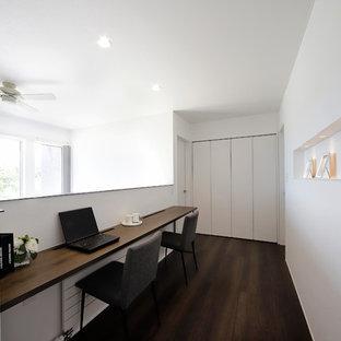 札幌のアジアンスタイルのおしゃれなホームオフィス・書斎 (白い壁、濃色無垢フローリング、造り付け机、茶色い床) の写真