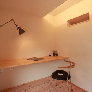 他の地域のモダンスタイルのおしゃれな書斎 (白い壁、淡色無垢フローリング、造り付け机、クロスの天井、壁紙) の写真