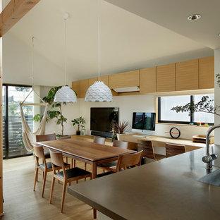 東京23区の小さい北欧スタイルのおしゃれなホームオフィス・書斎 (白い壁、無垢フローリング、茶色い床、造り付け机) の写真