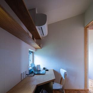他の地域のアジアンスタイルのおしゃれなクラフトルーム (白い壁、無垢フローリング、暖炉なし、造り付け机、茶色い床) の写真