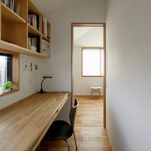 横浜の中くらいのアジアンスタイルのおしゃれな書斎 (白い壁、無垢フローリング、造り付け机、ベージュの床) の写真
