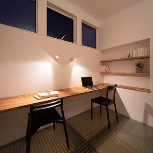 Idée de décoration pour un petit bureau asiatique avec un mur blanc, aucune cheminée et un bureau intégré.