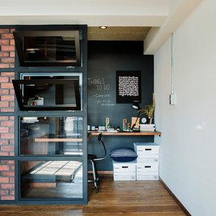 他の地域のインダストリアルスタイルのおしゃれなホームオフィス・仕事部屋 (白い壁、無垢フローリング、造り付け机、茶色い床) の写真