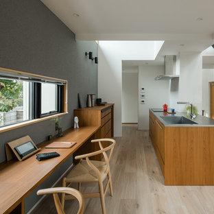 他の地域の北欧スタイルのおしゃれなホームオフィス・書斎 (グレーの壁、塗装フローリング、造り付け机、グレーの床) の写真