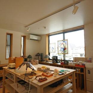 東京23区の中サイズのモダンスタイルのおしゃれなアトリエ・スタジオ (白い壁、クッションフロア、自立型机、ベージュの床) の写真