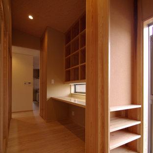 Idéer för ett litet asiatiskt hemmabibliotek, med beige väggar, ljust trägolv, en spiselkrans i trä, ett inbyggt skrivbord och beiget golv