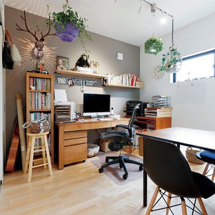 福岡のインダストリアルスタイルのおしゃれなホームオフィス・仕事部屋 (グレーの壁、淡色無垢フローリング、自立型机、茶色い床) の写真