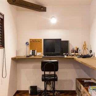 他の地域の小さいコンテンポラリースタイルのおしゃれなホームオフィス・書斎 (白い壁、濃色無垢フローリング、造り付け机、茶色い床) の写真
