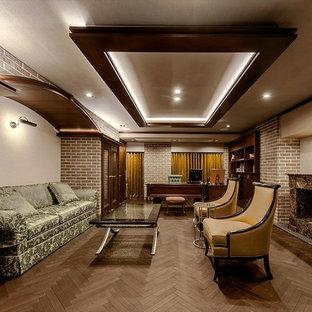 トラディショナルスタイルのおしゃれな書斎 (ベージュの壁、濃色無垢フローリング、横長型暖炉、自立型机、茶色い床) の写真