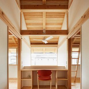 東京23区の中サイズの和風のおしゃれな書斎 (白い壁、淡色無垢フローリング、暖炉なし、造り付け机、ベージュの床) の写真